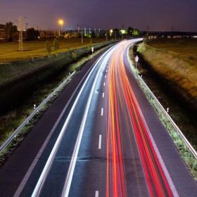 Noční čáry na silnici