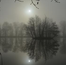ostrov v mlhách