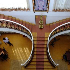 Hotelové schodiště