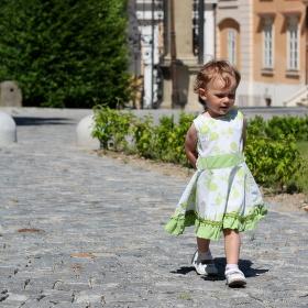 Princezna v zámeckém parku