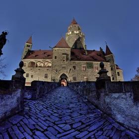 Večerní hrad Bouzov