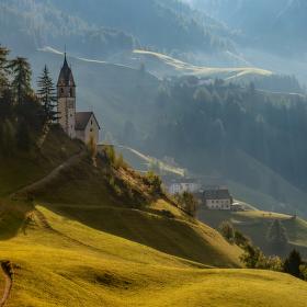 Kostel v údolí vesničky La Valle, Dolomity