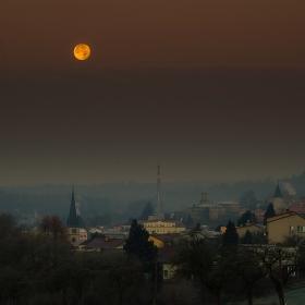 Měsíc nad městem