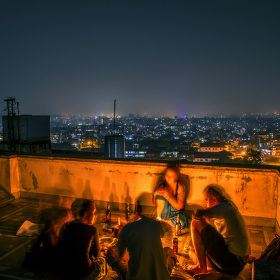 Noční Káthmándú a život na střeše buddhistického kláštera