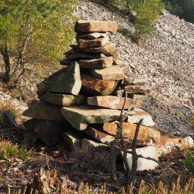 Pyramida v kamené suti
