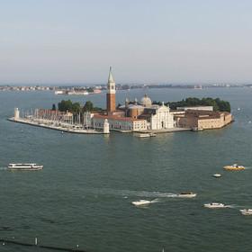Čilý provoz na benátské laguně.