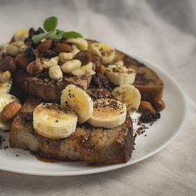 French toast s banánem a javorovým sirupem