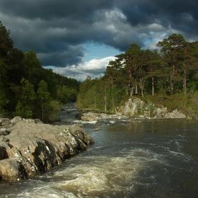 Říčka tekoucí ke Psím vodopádům, Glen Affric, Skotsko