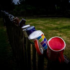 Hrníčky na plotě