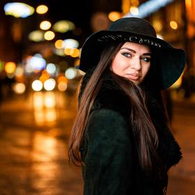 Noční portrét v rušné ulici