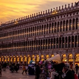 Západ na karnevalu v Benátkách