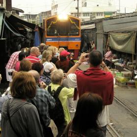 Vlak projíždějící thajskou tržnicí