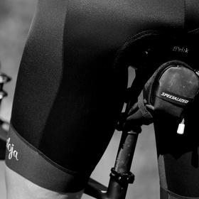 cyklistka odpočívající