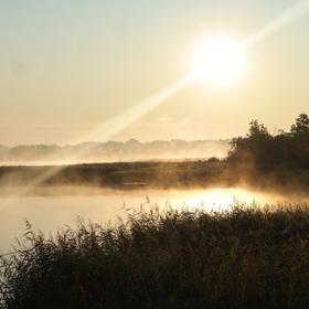 východ slunce nad jezerem Łaźno