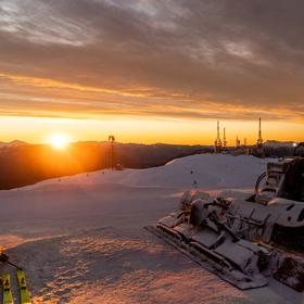 východ slunce s rolbou