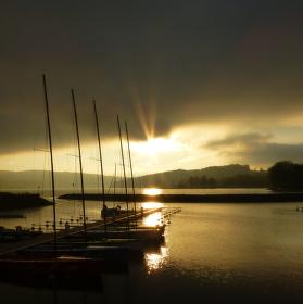 Podzimní západ slunce nad lipenskou marínou