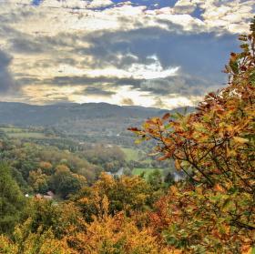 Podzimní krajina před bouřkou