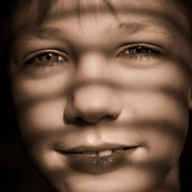 Chlapec, svetlo a zaluzie ...