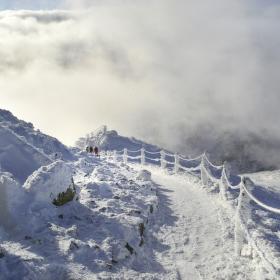 Na(d) vrcholky hor