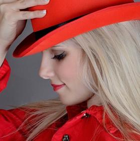 slečna v červeném