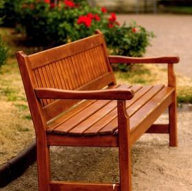 sezení  v zámecké zahradě