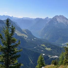 Výhled z Orlího hnízda na jezero Konigssee a pohoří Watzmann