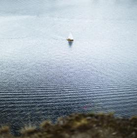 loď na vodě