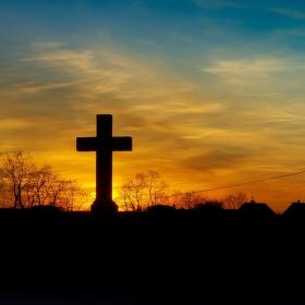 Kříž Ježíšův nad vesnicí bdící