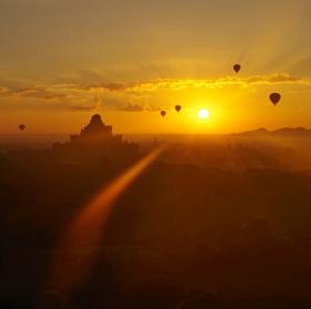 Východ slunce nad Baganem