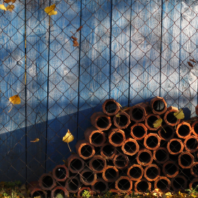 Přes plot.