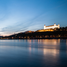 rieka a nejaký hrad