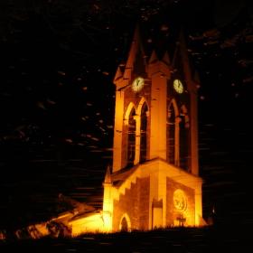 noční zrcadlení kostela v řece