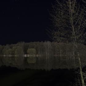V noci den