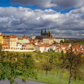 Polední svit nad Prahou