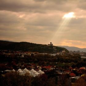 večerné lúče nad hradom