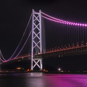Zářící velikán...Akashi Kaikyō, nejdelší visutý most na světě.