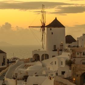 mlýny při západu slunce v Oía - Santorini - Řecko