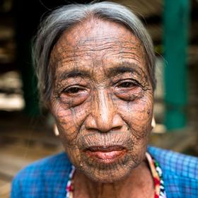 Portrét staré ženy s tetováním