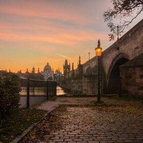 Ráno pod Karlovým mostem