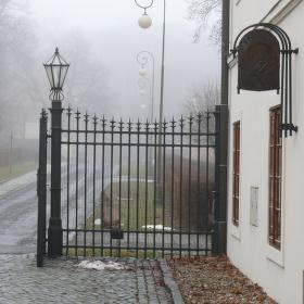 za bránou