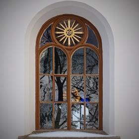 Okno, dozdobené přírodou...