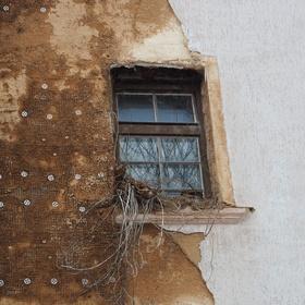 smutné okno v opuštěném domě