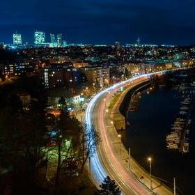 V ohybu města