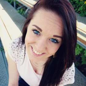 Holka s modrýma očima