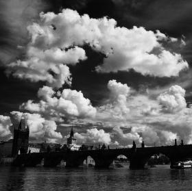 Nad Karlovým mostem
