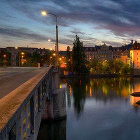 Vedle mostu
