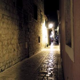 uličkou ve Starem Gradu
