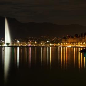 Noční Ženeva přes jezero