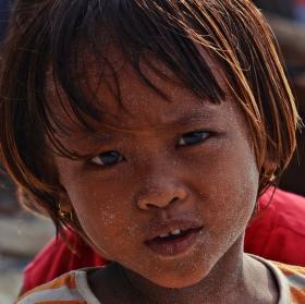Dítě s pískem