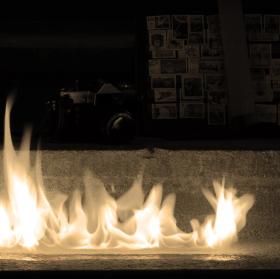 V plamenech